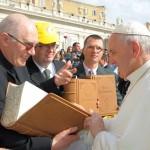 Átadták a kézzel írt Bibliát