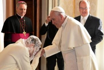 Csupán 7 nő viselhet fehér ruhát a Pápa jelenlétében