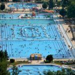 Nyolcezer fürdőző egy helyen